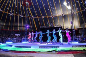 Эквилибристы на моноциклах «Рейсеры» Русского цирка на льду Триумф на выступлении перед зрителями