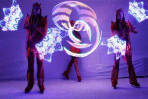 Русский цирк на льду Триумф широко использует спецэффекты для зрелищности своих номеров, в том числе «Магия огня» с хула-хупами