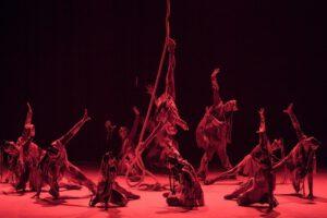Номер «Магия огня» Русского цирка на льду Триумф сочетает в себе яркие спецэффекты и акробатические вертушки