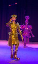 Артисты цирка на льду Триумф выступают с номером жонгляж диаболо