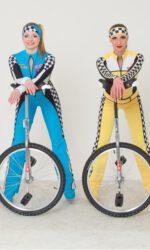 Эквилибристки на моноциклах Русского цирка на льду Триумф, участницы номера «Рейсеры»