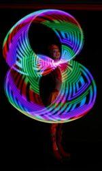 Артистка Русского цирка на льду Триумф выступает с хула-хупами в номере «Магия огня»