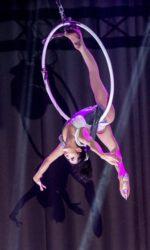 Выступление воздушной гимнастки в кольце Русского цирка на льду Триумф