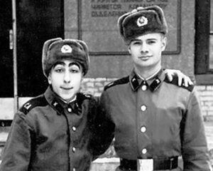 Будущие юмористы Игорь Маменко и Карен Аванесян во время службы в армии