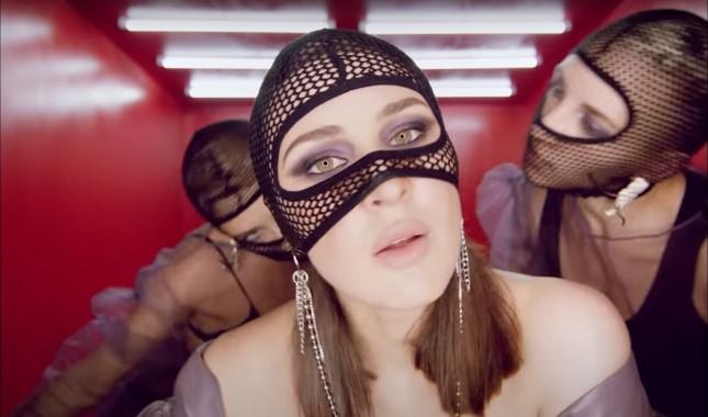 Кадр из видеоклипа популярной певицы Maruv «Focus On Me»