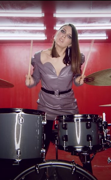Певица Maruv играет на ударной установке, кадр из видеоклипа «Focus On Me»