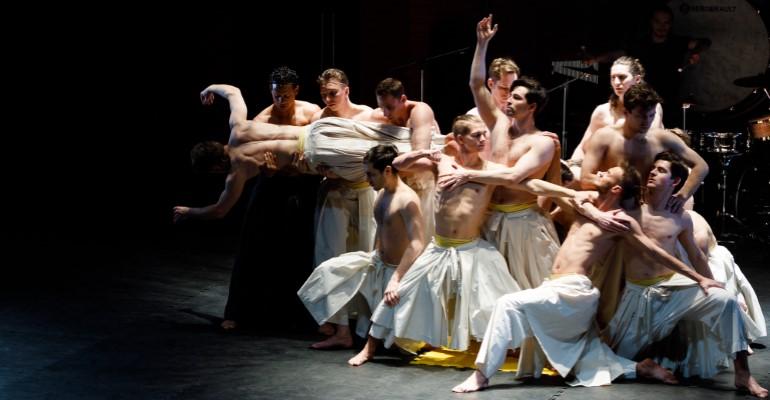 Классический античный сюжет, пересказанный Мариной Цветаевой, в спектакле Театра Романа Виктюка «Федра»
