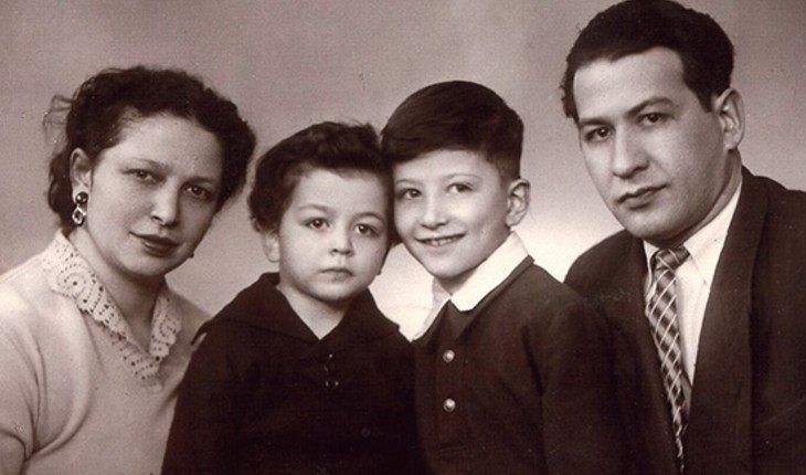 Александр Розенбаум в детстве с родителями и младшим братом Владимиром