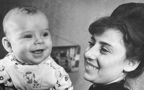 Маленький Максим Галкин с мамой, Натальей Григорьевной, сотрудницей геофизического НИИ