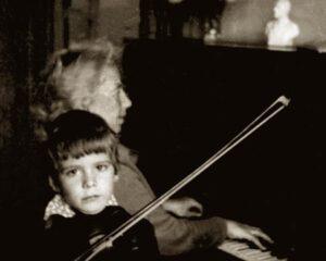 С детства родители развивали в сыне любовь к музыке, а в Иркутске Денис Мацуев посещал школу искусств