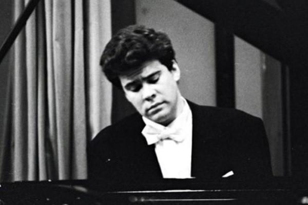 Победа в XI Международном конкурсе имени Чайковского положила начало популярности пианиста Дениса Мацуева