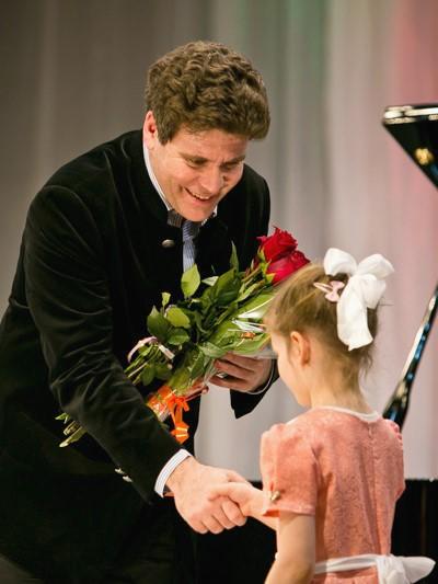 Пианист Денис Мацуев занимается благотворительностью и поддерживает юные таланты России
