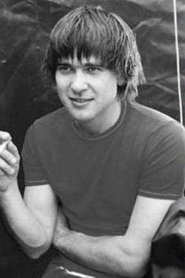 Юношей Александр Васильев играл для друзей и знакомых, сочинял первые песни, а также мечтал о серьезной карьере на сцене