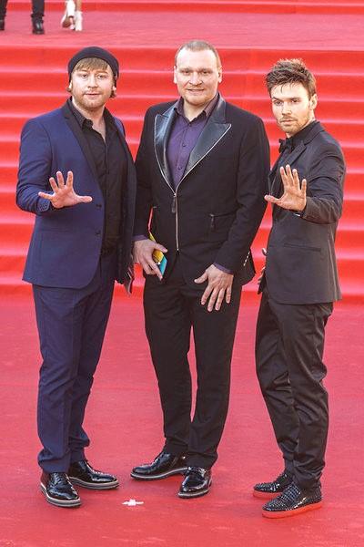 Трио братьев Сафроновых приглашают участвовать на различные шоу, они ставят трюки и спецэффекты