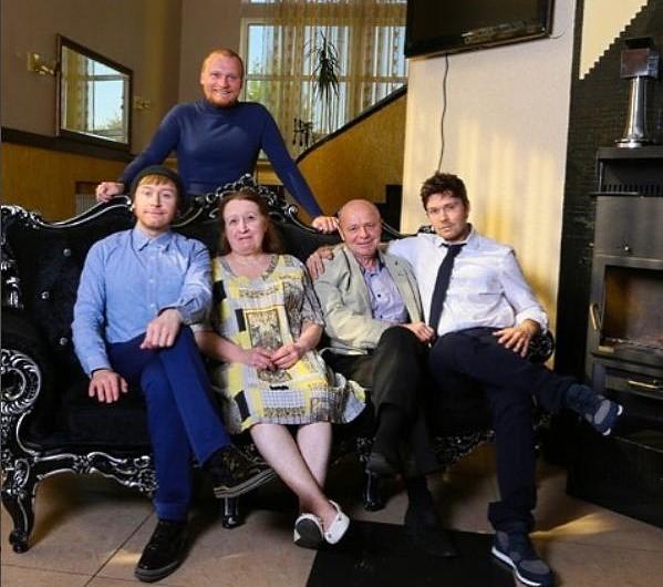 Иллюзионисты братья Сафроновы, Илья, Сергей и Андрей с родителями в подаренном сыновьями доме