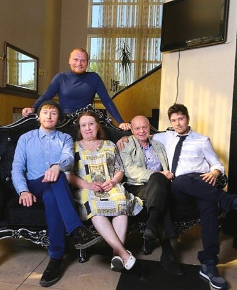Илья, Сергей и Андрей Сафроновы с родителями в подаренном сыновьями доме