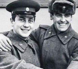 Владимир Винокур служил в ансамбле Московского военного округа, после чего стал студентом ГИТИС