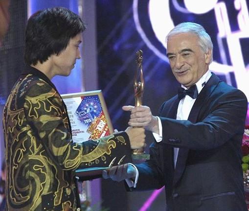 Димаш получает Гран-При за победу в конкурсе «Славянский базар» из рук певца Полада Бюльбюль-оглы