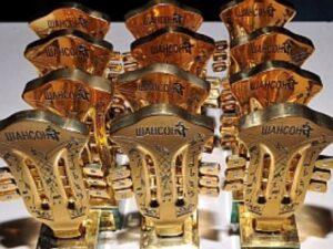 Лауреаты премии получают награды – официальный диплом и позолоченную статуэтку в виде гитарного грифа