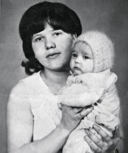 Сохранившаяся фотография маленького Юры Шатунова со своей мамой