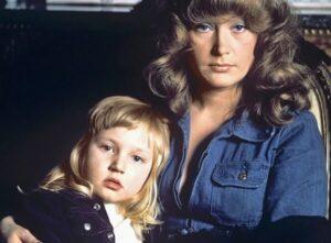 Маленькая Кристина Орбакайте с мамой, всенародно любимой певицей Аллой Борисовной Пугачевой