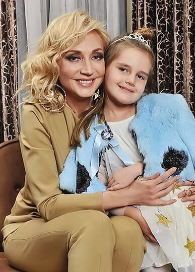 Кристина Орбакайте с дочерью Клавдией, которая уже в 2 года снялась в мамином клипе на песню «Московская осень»
