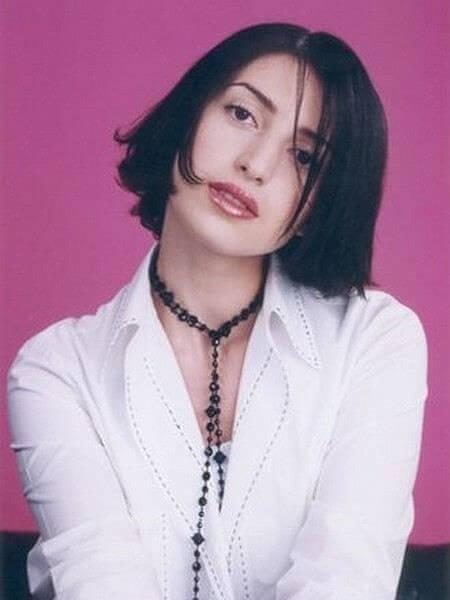 Сара взяла себе творческий псевдоним Жасмин в 1999 году перед выходом первой песни «Так бывает»