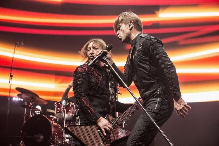 На сцене выступают основатели и бессменные участники рок-группы Би-2 Шура и Лева – Александр Уман и Егор Бортник