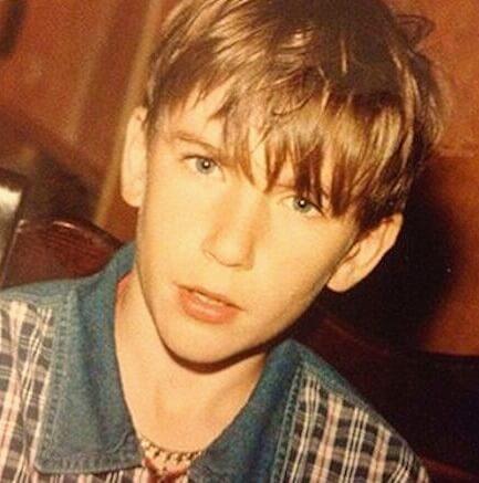 В юности Олег Винник научился играть на гитаре и стал выходить на сцену в составе музыкальной группы как гитарист