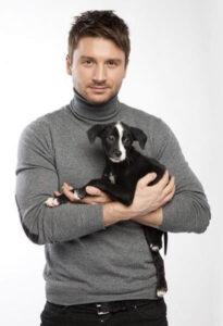 Будучи большим любителем собак, Сергей Лазарев в 2014 году открыл кондитерскую для животных